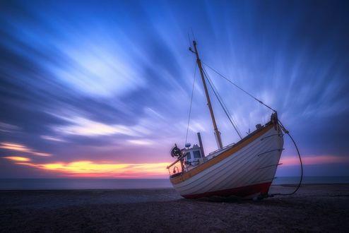Обои Кораблик на берегу, фотограф Daniel F