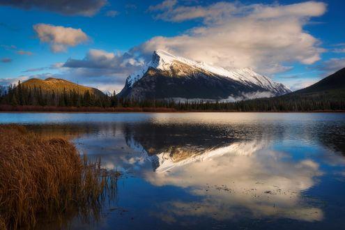 Обои Горы и их отражение в Vermillion озере, фотограф Dylan Toh & Marianne