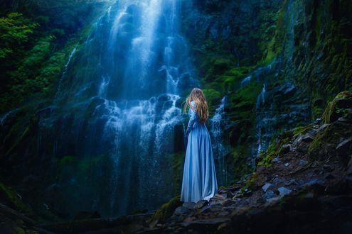 Обои Девушка в длинном платье у водопада, фотограф TJ Drysdale