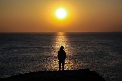 Обои Парень стоит на фоне солнечной дорожки на воде