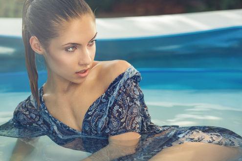 Обои Девушка в платье лежит в воде