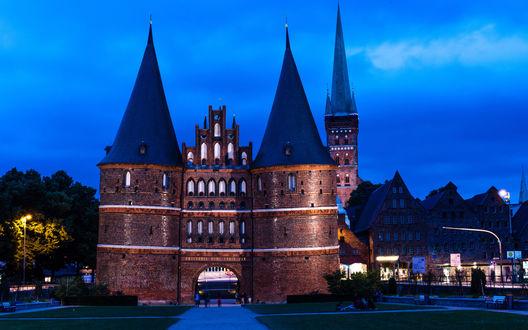 Обои Старинный музей Holstentor в городе Любек, Германия на фоне вечернего неба