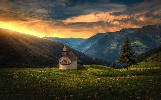 Обои Рассвет, заброшенная церковь стоит на холме у гор