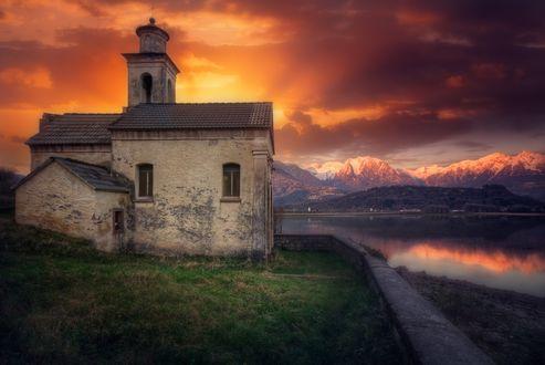 Обои Заброшенная церковь у небольшого горного озера, на фоне закатного неба