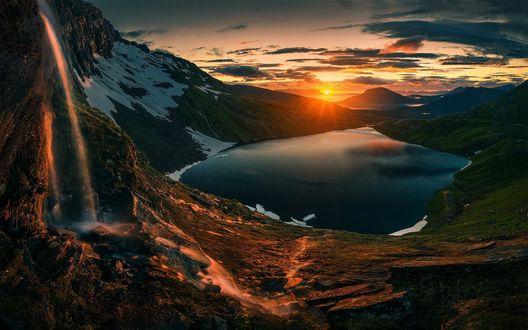 Обои Небольшое озеро у гор на восходе солнца