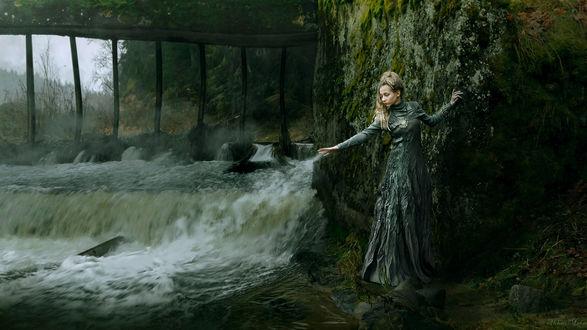 Обои Девушка в темном платье, у скалы, рядом с бурным потоком воды, фотограф Алексей макаренок