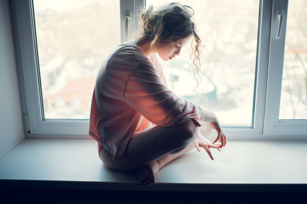 Картинка девушка скучающая