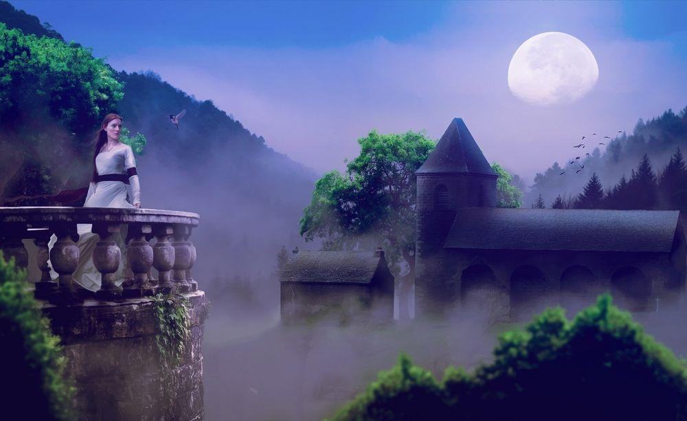 Обои для рабочего стола Девушка в белом платье стоит возле каменного парапета, позади нее виднеется замок и строения, которые затягивает туманом, на фоне голубого неба и огромной восходящей луны