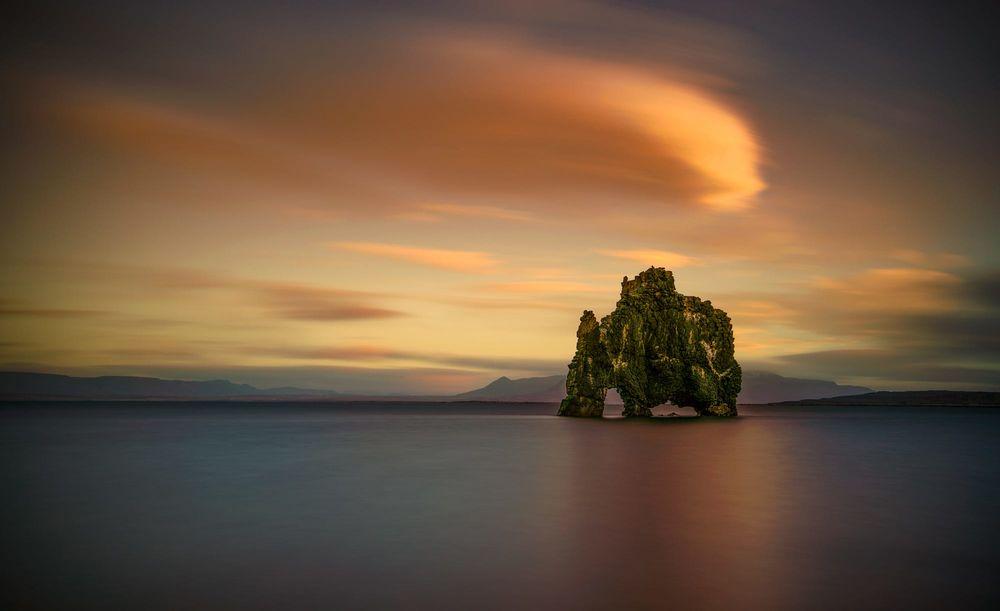 Обои для рабочего стола Hvitserkur / Хвитсеркюр - базальтовая скала на восточном берегу полуострова Ватнснес на северо-западе Iceland / Исландии, фотограф Angela Chong