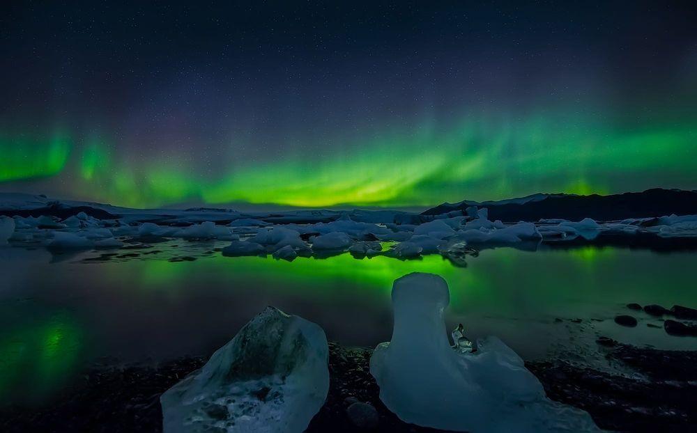 Обои для рабочего стола Северное сияние в Glacier- самой большой ледниковой лагуне в Исландии, фотограф Angela Chong