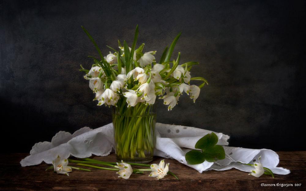 Обои для рабочего стола Букет белоцветника в прозрачном стакане на столе с белой салфеткой, фотограф Элеонора Григорьева
