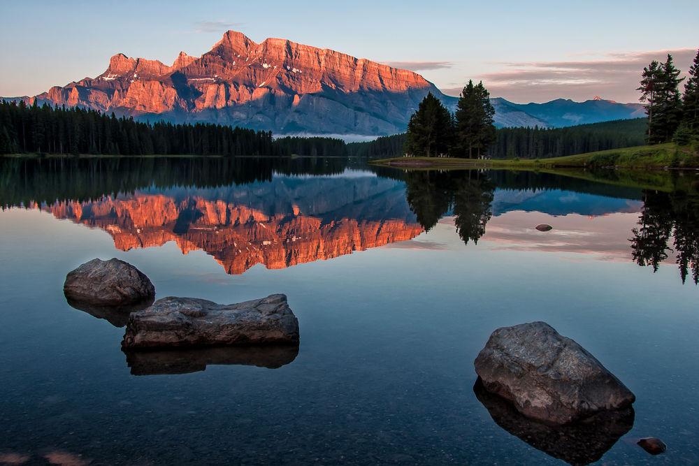 Обои для рабочего стола Красивое отражение гор в озере Minnewanka / Минневанка, Национальный Alberta Park, Canada / парк Альберта, Канада, фотограф James Wheeler / Джеймс Уилер