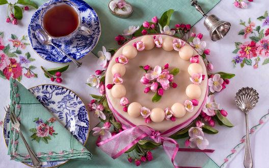 Обои Праздничный торт с розовыми цветами рядом с красивым сервизом