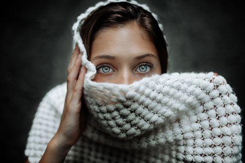 Обои Модель прикрывает лицо шарфом