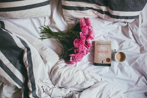 Обои Чашка утреннего кофе, книга и букет пионов на постели