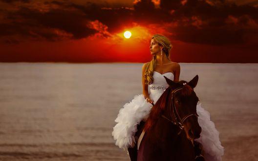 Обои Девушка в белом платье сидит верхом на лошади у моря на фоне заката