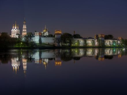 Обои В ночи светится комплекс Богородице-Смоленского Новодевичьего монастыря, отражаются в глади реки здания, башни и стены, на фоне темного неба, Россия, Москва