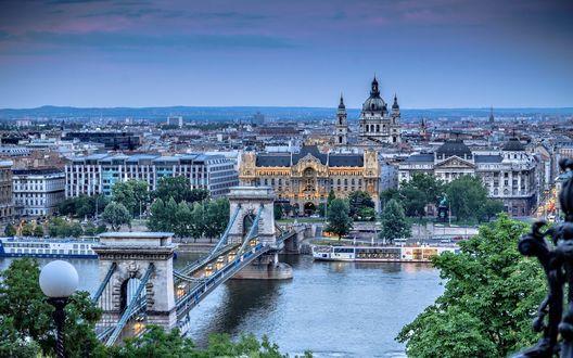 Обои Панорама города Будапешт, Венгрия, с цепным мостом через Дунай на переднем плане, на фоне голубого вечернего неба