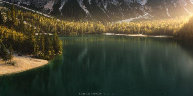 Обои Озеро Braies в окружении деревьев и гор, фотограф Lorenzo Nadalini