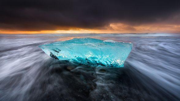 Обои Льдина на берегу моря