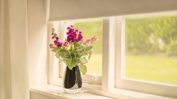 Обои Букет цветов на окне