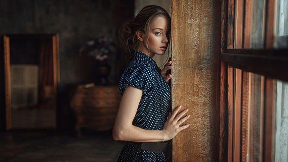 Обои Девушка стоит у стены, фотограф Георгий Чернядьев