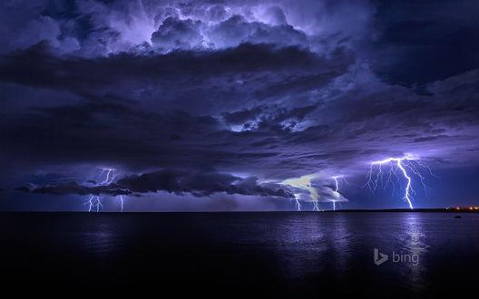 Обои Молнии в пасмурном небе над морем