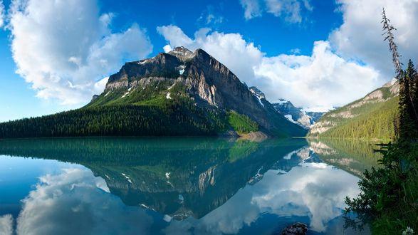 Обои Небольшое озеро возле леса и гор