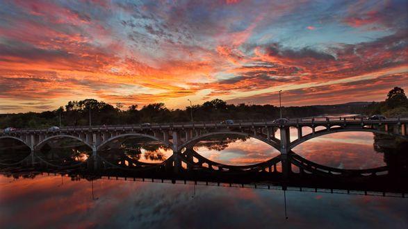 Обои Мост через реку на фоне красивого закатного неба, отражение