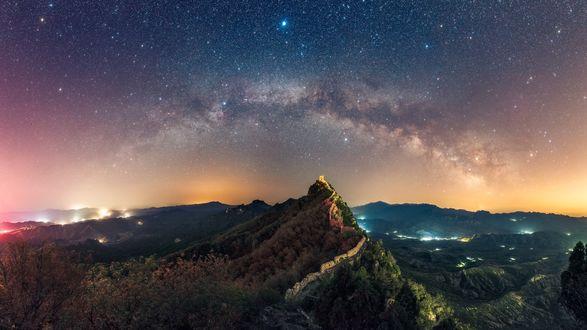 Обои Зеленые горы на фоне ночного неба