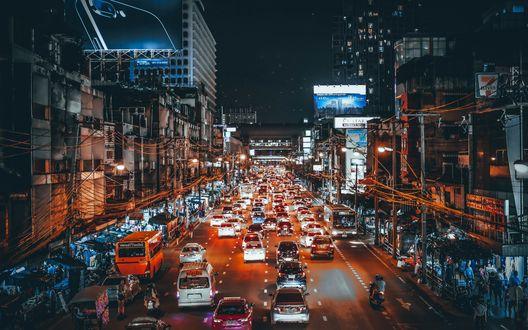 Обои Городская улица, полная машин в вечернем освещении