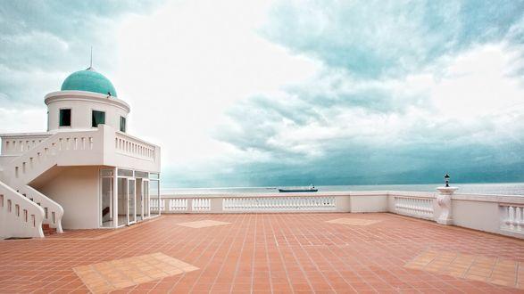 Обои Огромный балкон дома на фоне ясного неба