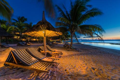 Обои Вечер в тропиках, лежаки с зонтиком на берегу моря