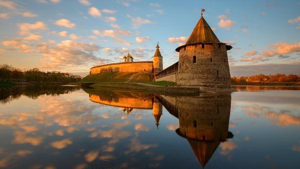 Обои Старинный замок у озера и его отражение в нем