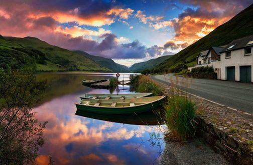 Обои Лодки причалены у дороги, озеро Tal-y-Llyn / Таль-у-Llyn, фотограф Narratographer