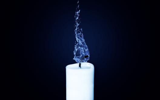 Обои Белая свеча, горящая пламенем из синей воды