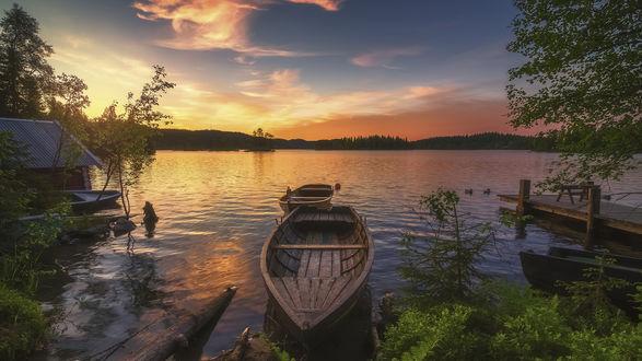 Обои Лодки у берега озера на фоне закатного неба