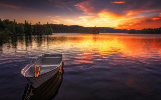Обои Лодка на озере на фоне закатного неба, фотограф Ole Henrik Skjelstad