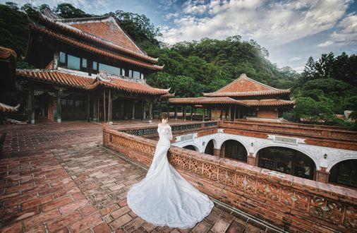 Обои Японская невеста в красивом свадебном платье, на фоне великолепного архитектурного ансамбля и природы