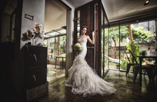 Обои Невеста в свадебном платье с букетом готова выйти в сад
