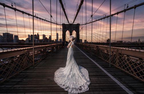 Обои Невеста на мосту любуется закатом