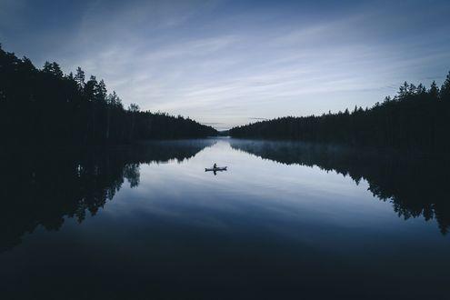Обои Рыбак в лодке на воде, фотограф Tobias HГ¤gg