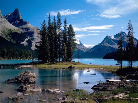 Обои Красивое горное озеро на фоне неба с перистыми облаками