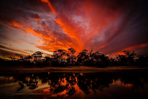 Обои Бардовый закат на облачном небе и его отражение в воде