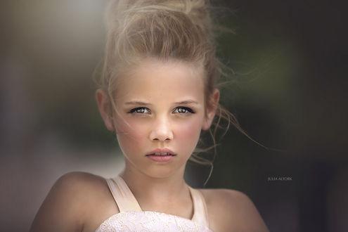 Обои Портрет милой девочки на размытом фоне, by Julia Altork