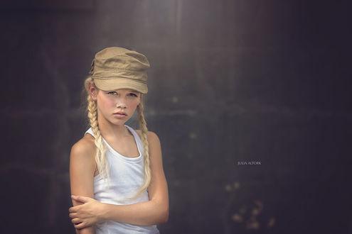 Обои Девочка в белой майке и кепке на размытом фоне, by Julia Altork