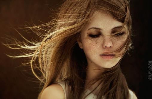 Обои Портрет девушки с опущенными глазами, с веснушками, by Kerry Moore