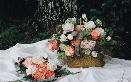 Обои Корзинка с цветочным букетом на белой скатерти