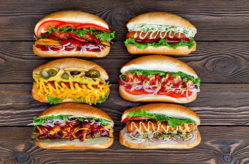 Обои Шесть разных хот-догов на столе