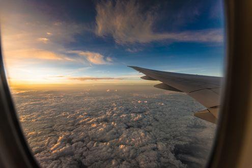 Обои Облака под крылом самолета